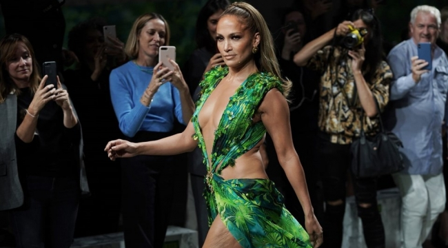 Jennifer Lopez ikonik elbisenin yeni versiyonuyla Versace podyumunda.